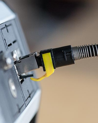 LAN Kabel in einer Steckdose