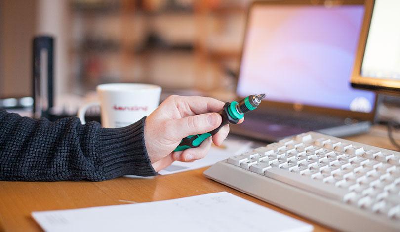 Schraubendreher und Tastatur