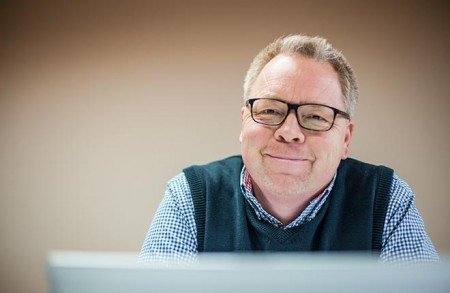 Gunnar Petersen an seinem Schreibtisch