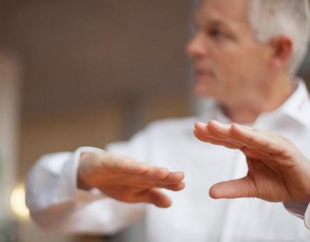 Hände vor weißem Hemd
