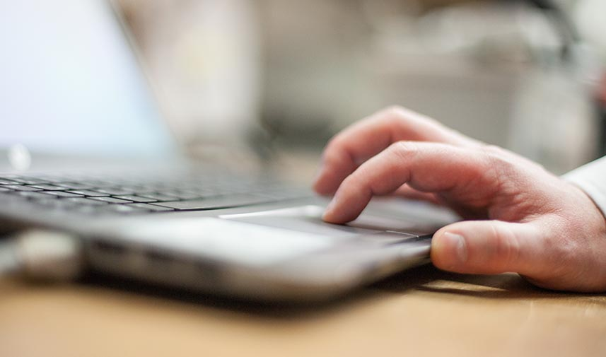 Hand auf Laptoptastatur